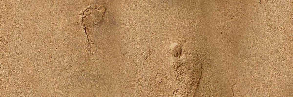 Fotavtryck i sanden